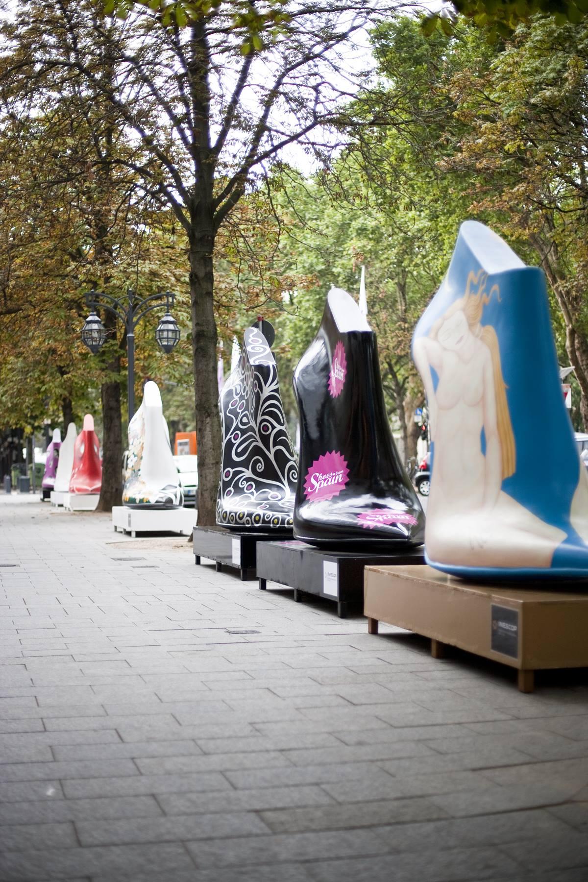 964663f7e2a9f8 Zwei Meter hohe Schuhe auf der Kö – Hinweis auf die GDS und damit ein  Aufmerksamkeitsturbo für die Schuhmesse Fotos  7daysisaweekend.com
