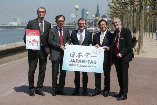 foto von links nach rechts frank schrader geschaftsfuhrer dusseldorf tourismus ryuta mizuuchi japanischer generalkonsul in dusseldorf thomas geisel