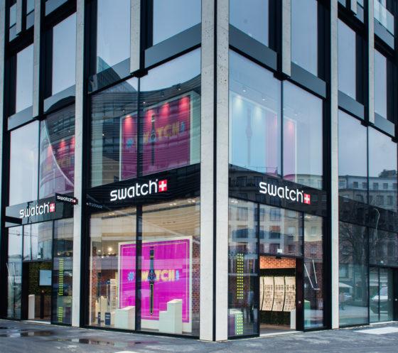 dusseldorf aufgepasst jetzt wird es bunt der schweizer uhrenhersteller swatch eroffnet einen neuen store in der dusseldorfer innenstadt