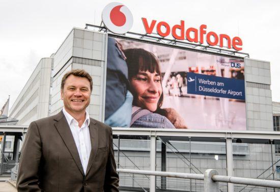 dusseldorfer airport digitalisiert werbeflachen premium digital skywall geht an den start